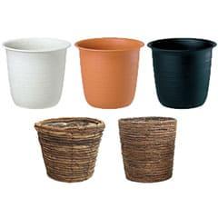 無料のプラスチック鉢カバー(白・茶・黒)と籐カゴ
